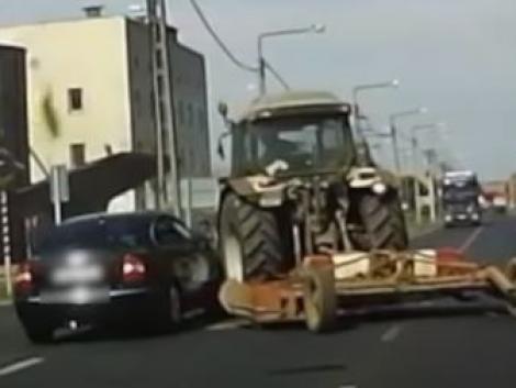 Előzni próbált, de egy traktornak csapódott – Videó