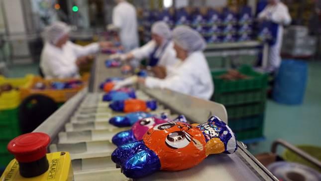 Csokoládényulakat csomagolnak a húsvéti csokoládétermékek gyártása során a Nestlé Hungária Kft. diósgyőri gyárában Miskolcon 2020. február 6-án
