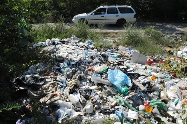 Az utak menti illegális hulladék felszámolását végzi a héten a Magyar Közút