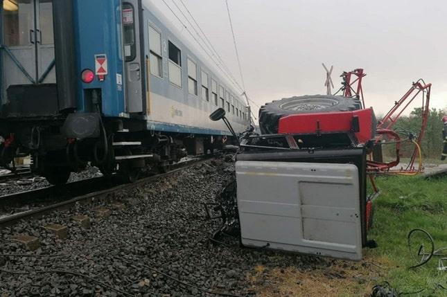 traktor és vonat ütközött