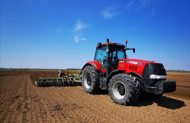 Case IH traktor a szántóföldön.