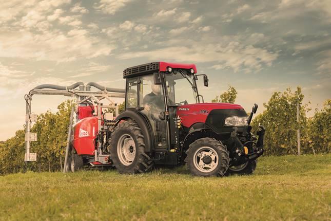 traktor dolgozik a szőlészetben