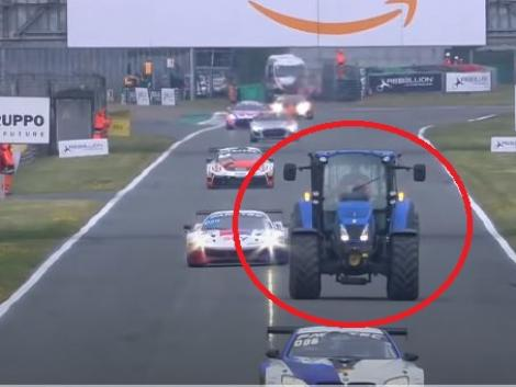 Egyszerűen elképesztő! Egy traktor tűnt fel a versenypályán futam közben – videó