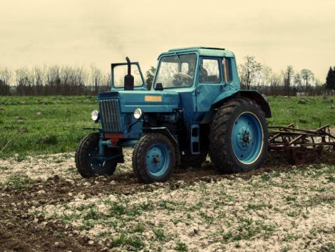 Felfoghatatlan: Kiesett a traktorból a kisfiú, áthajtott rajta az édesapa