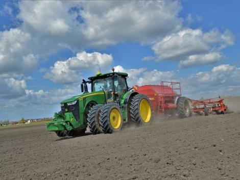 A traktor útjában volt a határkő – államhatárt módosított a belga gazda
