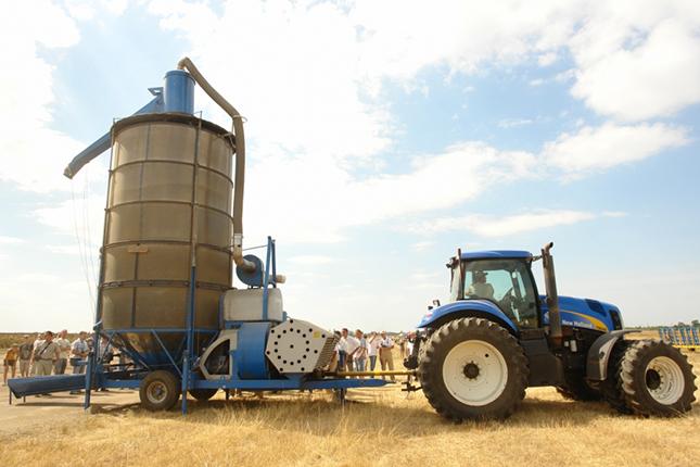 traktor mobil terményszállítót vontat