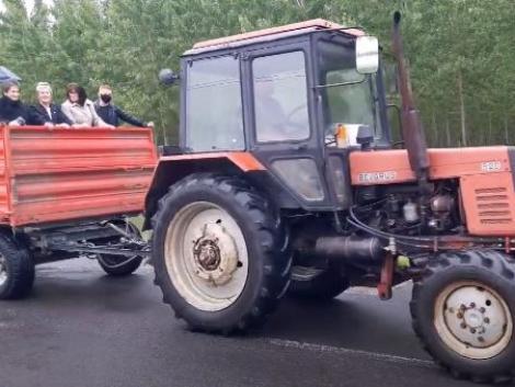 Traktorral járnak boltba az emberek, akkora az árvíz – videók