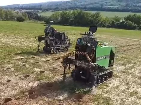 Miért furkál 24 000 titokzatos lyukat két robot Rezi határában?