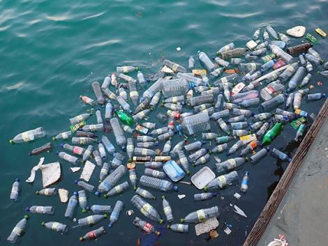 Felháborítóan sok a műanyag zacskó és palack az óceánokban