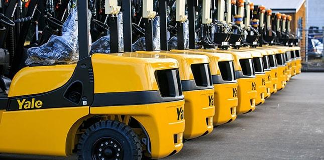 sárga targoncák sorakoznak
