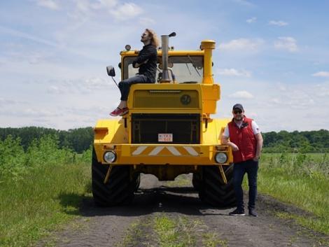 22 ezer köbcenti és 12 henger lapul egy Kirovec K701-es traktorban! – Videó