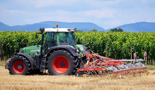 Traktor dolgozik a szántóföldön