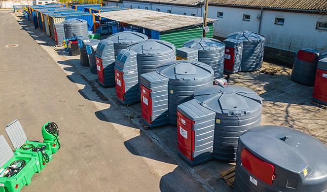 Telephely üzemanyag-tartályokkal