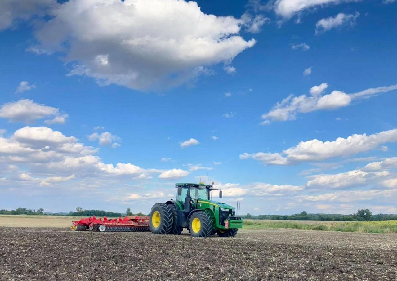 Őszi talajmunkák John Deere traktorral