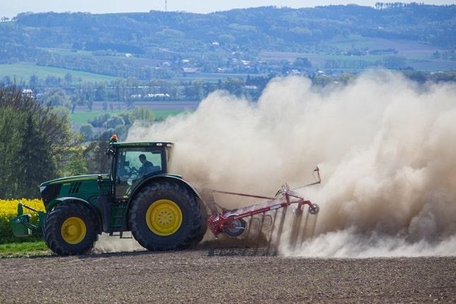 John Deere traktor a szántóföldön