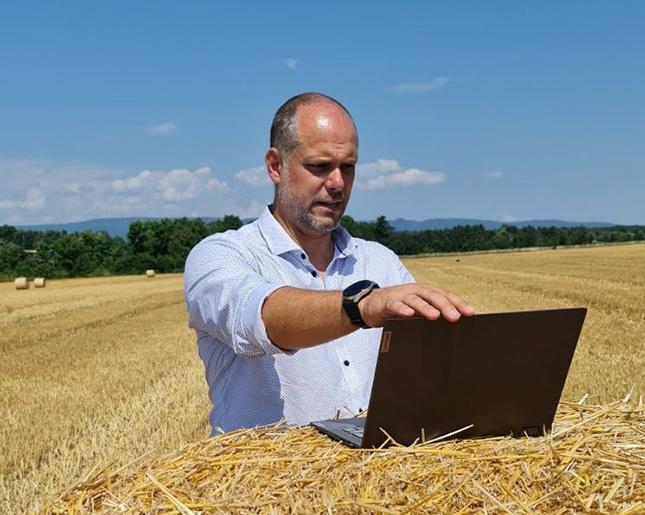 széna szántóföld gazda laptop gazdálkodási napló