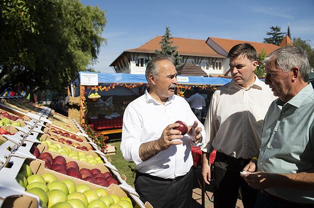 Nagy István agrárminiszter (b) a XIX. Csengeri Almanapokon 2021. szeptember 11-én.