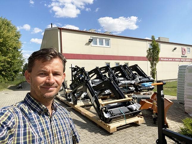 Dér Attila a Deraland telephelyén, traktorkiegészítőkkel