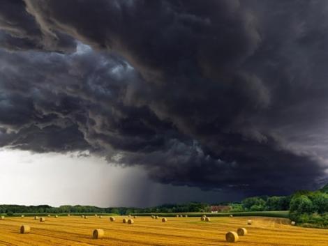 Zivatarok viharos széllel! Országos figyelmeztetést adtak ki