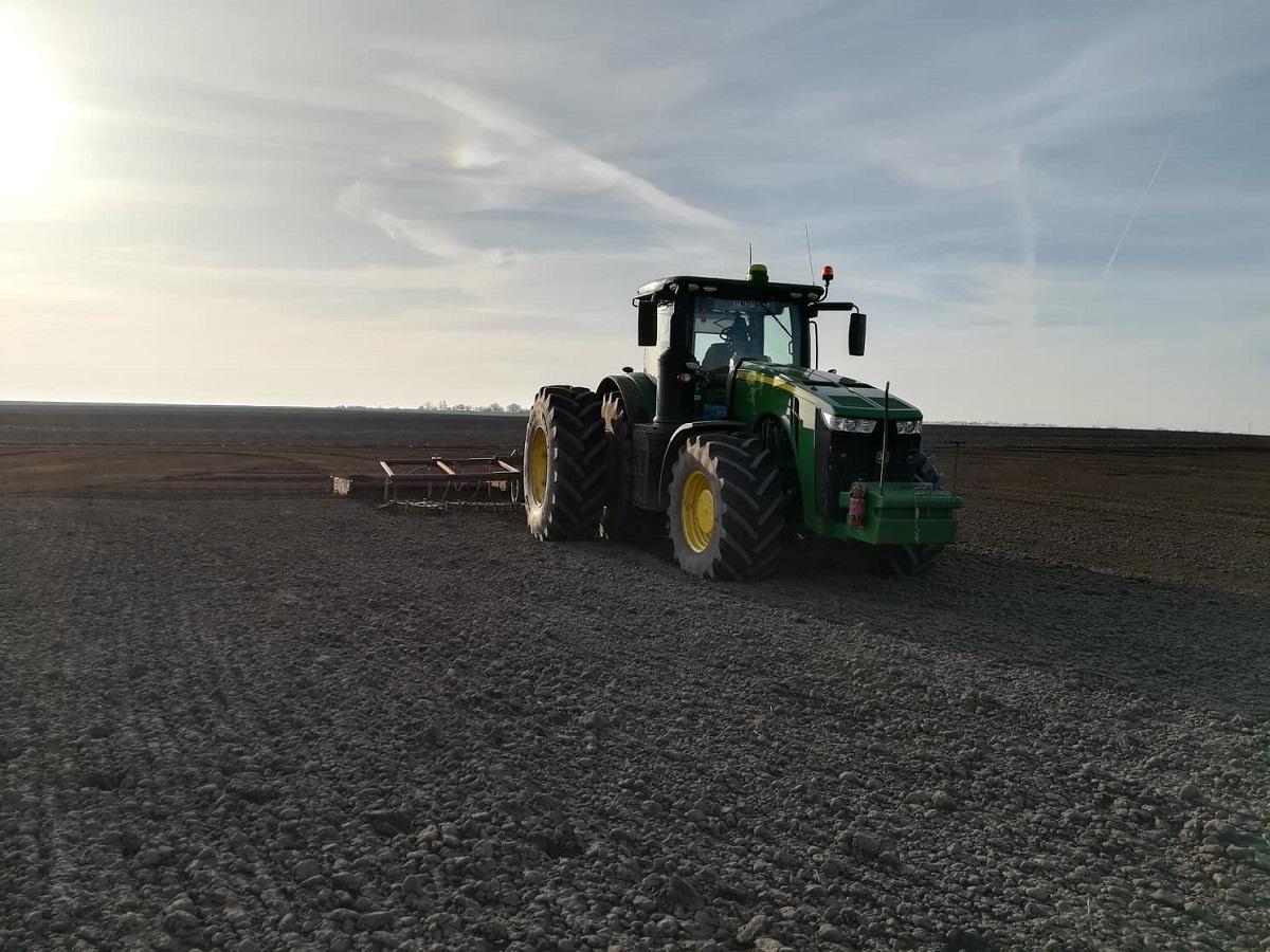 Talajművelés John Deere traktorral