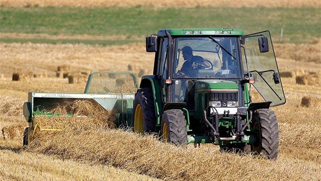 Traktor a szántóföldön