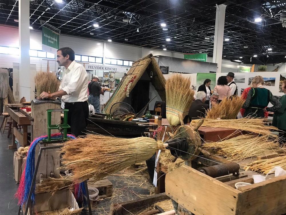 Cirokseprű-készítő az OMÉK-on