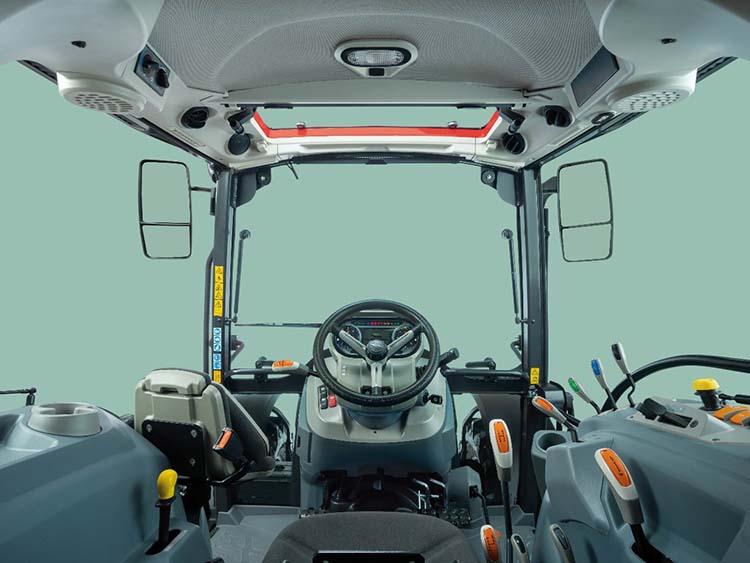 A traktor klimatizált, ergonomikus kialakítású fülkéje