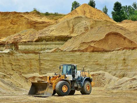 Botrány: bekamuzta a ribizliültetvényt, valójában sódert bányászott
