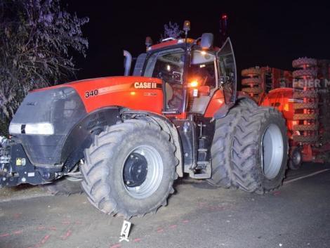 Traktorba csapódott egy autó, az utasok megsérültek