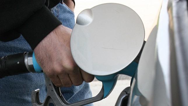 Férfi üzemanyagot tankol