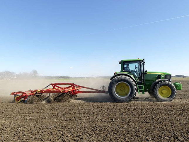 Väderstad talajművelő és vetőgépet láthatnak munka közben