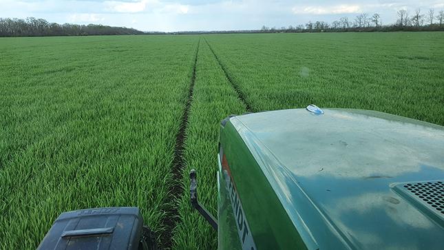 Traktor és szántóföld