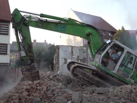 Beszakadt egy pince a 20 tonnás munkagép alatt Szombathelyen – Videó