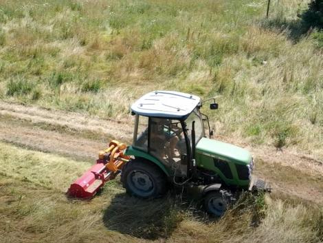 Egy traktor száz feladatra: kommunális munkák és a gyümölcsös művelése egy géppel!
