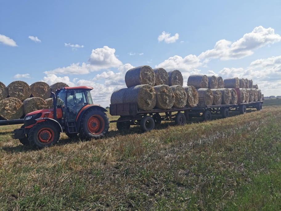 Bálahordás traktorral